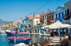 卡斯特洛里佐岛海岛,十二群岛,希腊- 10月, 16 :在卡斯特洛里佐岛海岛沿海的街道咖啡馆  库存图片