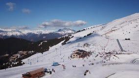 卡斯蒂奥内德拉普雷索拉纳,意大利 在Monte Pora滑雪胜地的人民和推力的寄生虫鸟瞰图滑雪倾斜的 股票录像