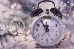 贺卡新年快乐2016年!使用葡萄酒时钟 免版税库存图片