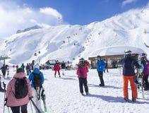 卡普伦,奥地利,2019年3月12日:滑雪者从电车滑雪电缆车出去在上面的阿尔平中心  库存图片