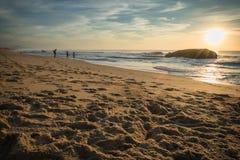卡普布雷通,法国- 2017年10月4日:享受风景美好的日落海景的温暖在capbreton的人们 库存照片