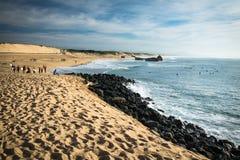 卡普布雷通,法国- 2017年10月4日:小组大西洋海岸线风景沙滩的冲浪者在capbreton,法国的 免版税图库摄影