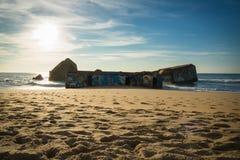 卡普布雷通,法国- 2017年10月4日:战争碉堡的纪念标志与街道画的在风景美丽的沙滩 库存照片