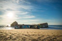 卡普布雷通,法国- 2017年10月4日:战争碉堡的纪念标志与街道画的在风景美丽的沙滩 库存图片