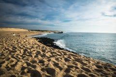 卡普布雷通,法国- 2017年10月4日:捉住在大西洋海岸的冲浪者波浪在风景蓝天 库存照片