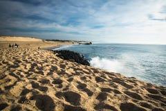 卡普布雷通,法国- 2017年10月4日:捉住在大西洋海岸的冲浪者波浪在风景蓝天 免版税库存图片