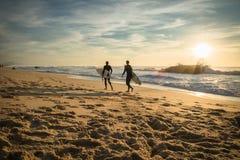 卡普布雷通,法国- 2017年10月4日:热心冲浪者向在风景美好的日落海景的海浪会议求助 免版税图库摄影