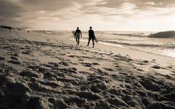 卡普布雷通,法国- 2017年10月4日:热心冲浪者向在风景美好的日落海景的海浪会议求助 库存照片