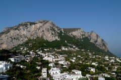 卡普里山脉俯视的镇  免版税库存照片