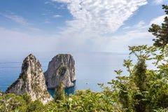卡普里岛意大利,海岛在一个美好的夏日,与faraglioni岩石和自然石曲拱 免版税库存图片