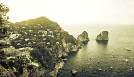 卡普里岛海岛全景有Faraglioni岩石的 免版税库存照片