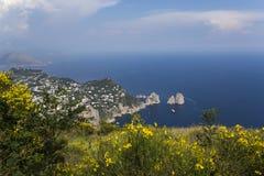 卡普里岛海岛全景从Monte索拉罗的,在阿纳卡普里 免版税库存照片