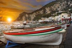 卡普里岛海岛渔场小船,地中海南部意大利 免版税库存照片