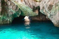 卡普里岛海岛,小空的洞穴沿海岩石  库存图片
