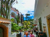 卡普里岛,意大利- 2014年5月04日:与购物街道和著名旅馆的老中心 免版税库存照片