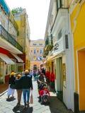 卡普里岛,意大利- 2014年5月04日:与购物街道和著名旅馆的老中心 库存照片