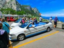 卡普里岛,意大利- 2014年5月04日:葡萄酒敞篷车出租汽车汽车 库存图片