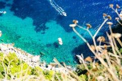 卡普里岛,褶皱藻属,意大利海岛的岸的天蓝色的海  库存图片