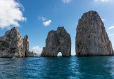 卡普里岛Faraglioni,海岛的标志,位于guf od那不勒斯,褶皱藻属,意大利 图库摄影