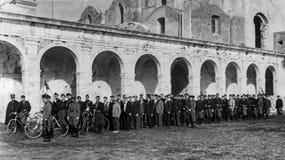 卡普里,意大利,1931年-在法西斯主义的天期间,从卡普里的年轻人等候他们的在Charterhouse的轮 图库摄影