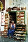 卡普里,意大利,1987年-有五颜六色和原始的卡普里凉鞋的工艺车间 免版税库存图片