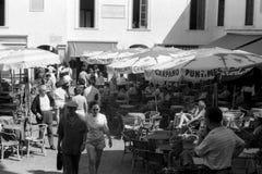 卡普里,意大利,1958年-游人在著名Piazzetta漫步或放松坐在酒吧桌上的一会儿 免版税库存图片