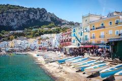 卡普里,意大利- 2017年4月30日:卡普里岛口岸看法与五颜六色的房子的 库存图片