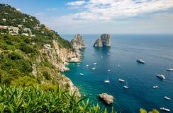 卡普里,意大利- Faraglioni的看法从峭壁的 免版税库存图片
