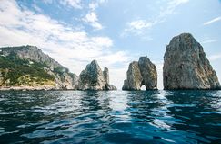 卡普里,意大利- Faraglioni 免版税库存照片