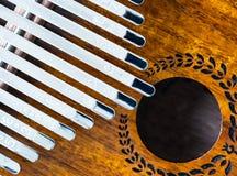 卡林巴,非洲传统木撞击声乐器,拇指钢琴的关闭 库存照片