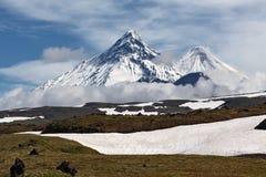 卡梅尼火山火山, Kliuchevskoi火山,别济米安纳火山火山 Kamchat 免版税库存照片