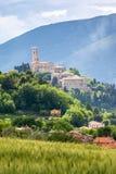 卡梅里诺在五颜六色的领域的意大利马尔什 免版税库存图片
