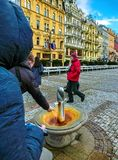 卡洛维变化, Cszech共和国- 2018年1月01日:人喝从一个热的温泉的水在卡洛维变化,捷克语 免版税库存照片