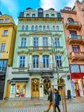 卡洛维变化, Cszech共和国- 2018年1月01日:努力去做在与老房子门面的中心的人民  免版税图库摄影