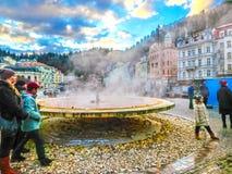 卡洛维变化, Cszech共和国- 2018年1月01日:有温泉城的喷泉 免版税库存图片