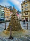 卡洛维变化, Cszech共和国- 2018年1月01日:沙子雕象在与老房子门面的中心  免版税库存照片