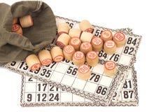 卡片和小桶在白色(宾果游戏比赛)隔绝的俄国乐透纸牌的 库存照片