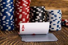 卡片和纸牌筹码,在木背景 免版税库存照片