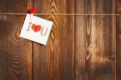 卡片对天圣华伦泰和红色心脏在木 免版税库存图片