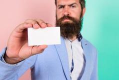 卡片拷贝空间专业职业位置 感觉自由联络我 有胡子的行家严肃的面孔展示卡片 班卓琵琶 库存图片