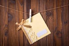 卡片晒衣夹附有绳索 库存图片