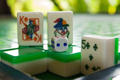 卡片比赛在mahjong瓦片的和在mahjong桌上的一个模子 免版税库存照片