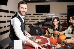 卡片经销商在工作在赌博娱乐场 免版税库存图片