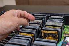 卡片选择看法在统治这五颜六色的甲板大厦打牌的  f 免版税库存照片