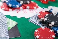 卡片,支付的银行卡的赢取的组合在一张绿色啤牌桌上的胜利 免版税库存图片