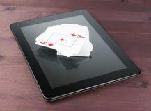 卡片组在片剂个人计算机,在网上得克萨斯啤牌的 免版税库存图片