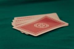 卡片组在绿色背景啤牌赌博娱乐场比赛时运运气的 免版税库存图片