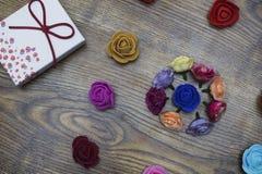 卡片 2月14日假日 有小组的礼物盒在木桌的玫瑰 与拷贝空间的顶视图 免版税图库摄影