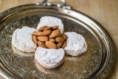 卡瓦拉曲奇饼用从希腊的杏仁一个银色盘子的 免版税库存图片