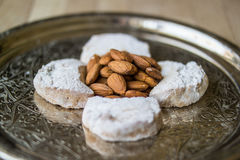 卡瓦拉曲奇饼用从希腊的杏仁一个银色盘子的 库存图片
